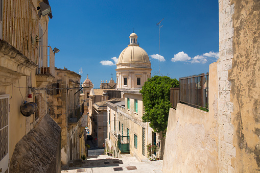 Steep「View down steps to the cathedral, Noto, Syracuse, Sicily, Italy」:スマホ壁紙(0)
