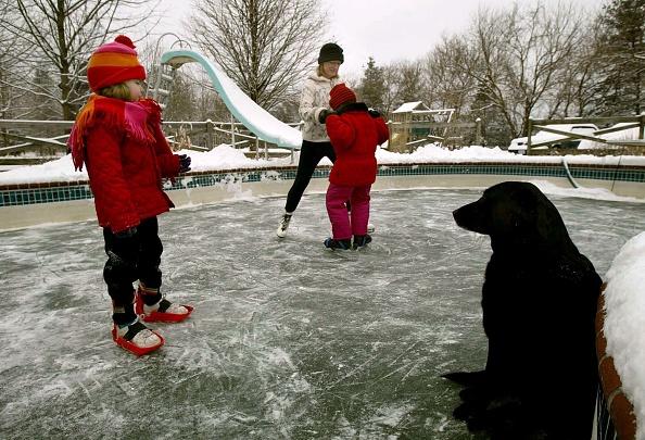 Overcast「People Ice Skate On Frozen Swimming Pool」:写真・画像(12)[壁紙.com]