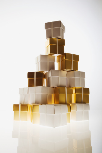 プレゼント「Stack of small gold and white gift boxes」:スマホ壁紙(10)