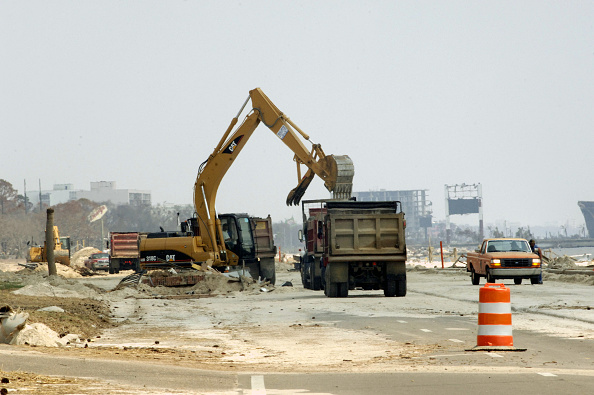 Construction Machinery「Recovery Efforts Continue In Aftermath Of Hurricane Katrina」:写真・画像(15)[壁紙.com]
