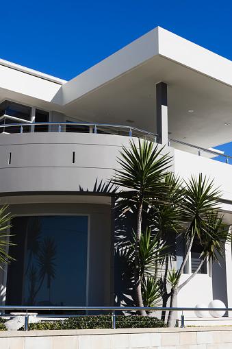 Balustrade「Modern white house with palm tree, copy space」:スマホ壁紙(14)