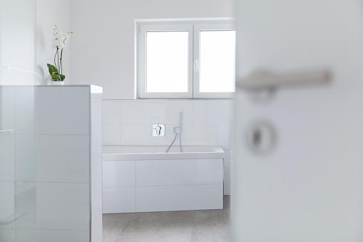 Focus On Background「Modern white bathroom」:スマホ壁紙(15)