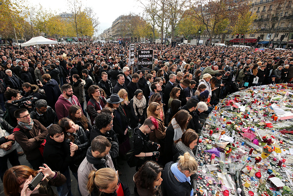パリ「Minute's Silence Held In Paris To Honour The Victims Of The Terrorist Attack」:写真・画像(17)[壁紙.com]