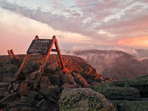 Appalachia「The summit sign on Maines Mount Katahdin seen at sunrise.」:スマホ壁紙(19)