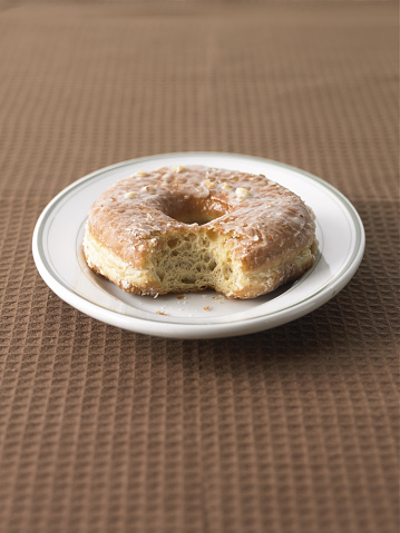 ドーナツ「Doughnut with bite mark on plate」:スマホ壁紙(12)