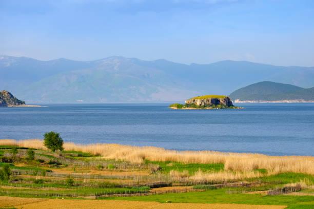Albania, Prespa National Park, Lake Prespa with Maligrad Island, Macedonia in the background:スマホ壁紙(壁紙.com)