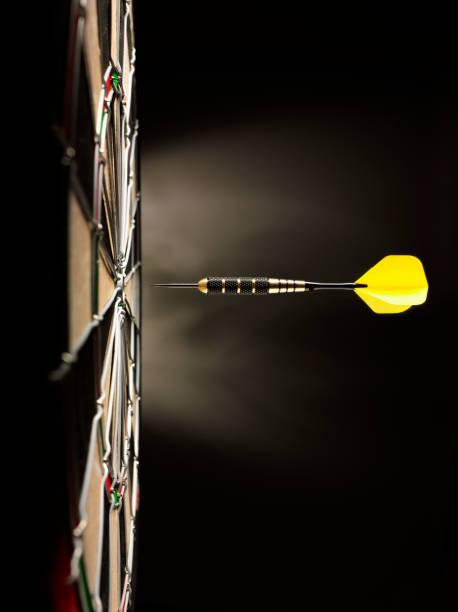 One Yellow Dart on Target:スマホ壁紙(壁紙.com)