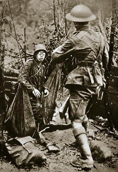 Surrendering「British 'Mopping-Up' Squad Surprises A German Straggler World War I Aisne France 1918」:写真・画像(19)[壁紙.com]