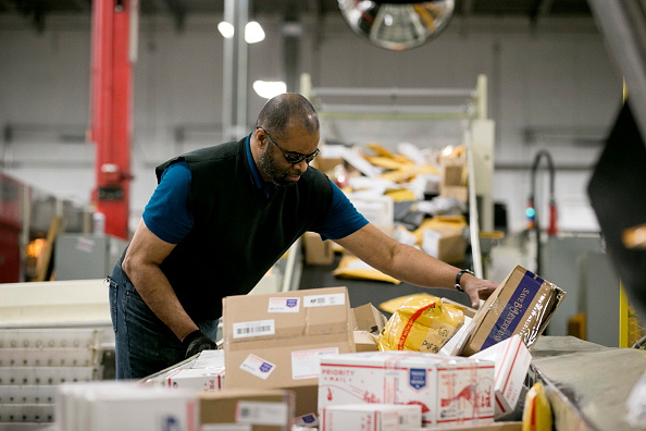 Aaron P「US Postal Service Experiences Busiest Day Of The Year As Holidays Approach」:写真・画像(5)[壁紙.com]