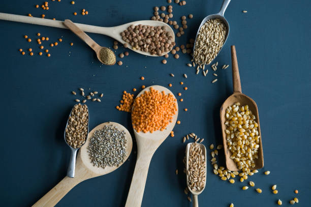 Red lentils, brown lentils, amarant, wheat, spelt wheat and corn on spoons:スマホ壁紙(壁紙.com)