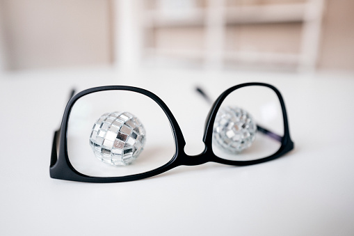 おしゃれ「Disco balls behind glasses frame」:スマホ壁紙(3)