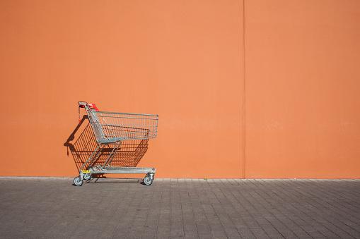 Parking Lot「Empty parked shopping cart」:スマホ壁紙(10)