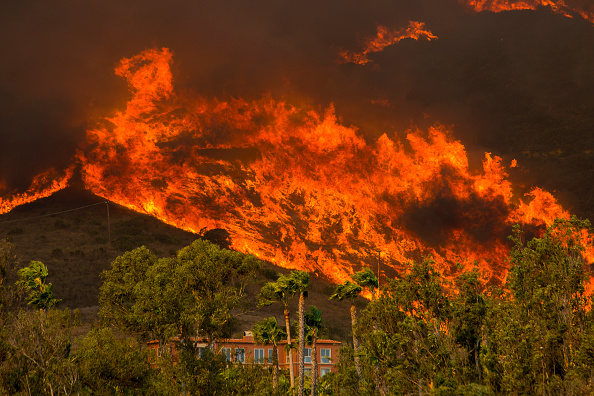 Southern California「Fast-Spreading Hill and Woolsey Fires Force Evacuations In California's Ventura County」:写真・画像(8)[壁紙.com]