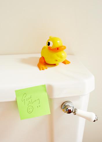 おもちゃのアヒル「post it note on toilet-good morning」:スマホ壁紙(4)