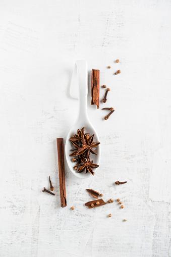 Star Anise「Christmas flavor, cinnamon, clove, coriander and star anise on wood」:スマホ壁紙(0)