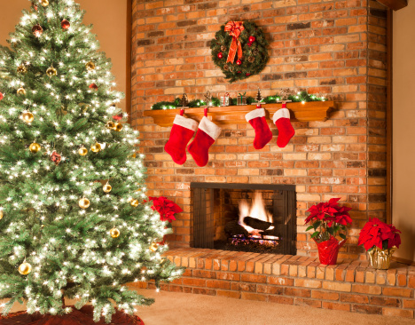 Celebration「クリスマスの暖炉の火ツリーストッキングリース Poinsettias 装飾のリビングルーム」:スマホ壁紙(11)