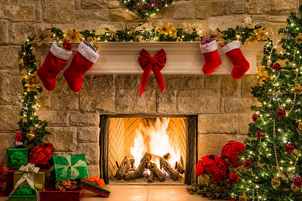 Christmas fireplace, tree, stockings, fire, hearth, lights, and decorations:スマホ壁紙(壁紙.com)