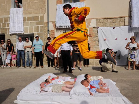 Jumping「El Colacho Festival」:写真・画像(2)[壁紙.com]