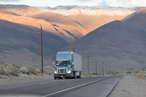 深い雪「Semi-truck driving on mountain road」:スマホ壁紙(14)