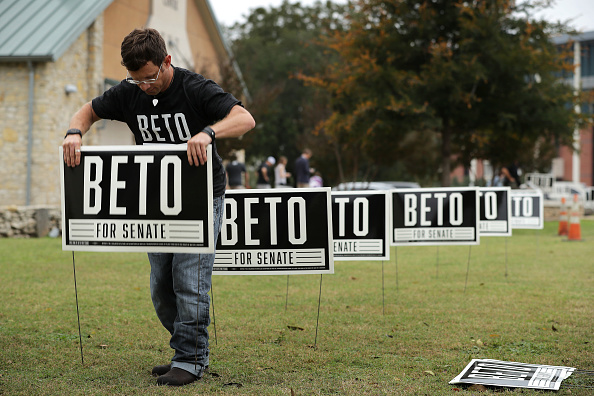 Sign「Beto O'Rourke Campaigns In Waco And Austin, Texas」:写真・画像(14)[壁紙.com]