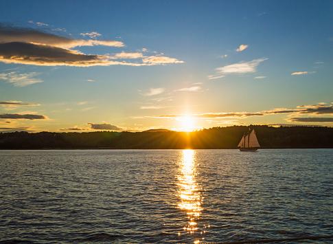海「USA, Maine, Portland, Tranquil seascape with sailboat at sunrise」:スマホ壁紙(13)
