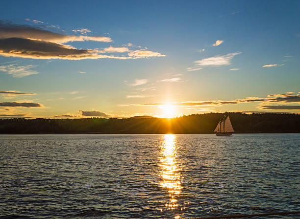 USA, Maine, Portland, Tranquil seascape with sailboat at sunrise:スマホ壁紙(壁紙.com)