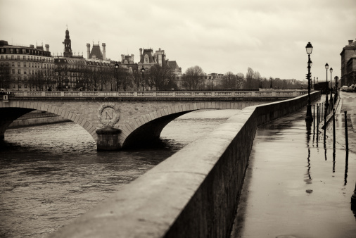 France「Paris along the Seine River in a Rainy Day」:スマホ壁紙(13)