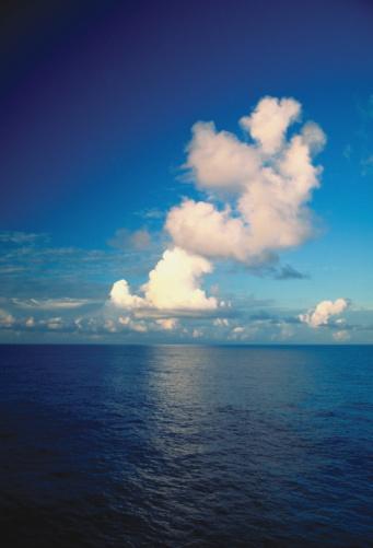 ふわふわ「Pileus clouds over the ocean」:スマホ壁紙(1)