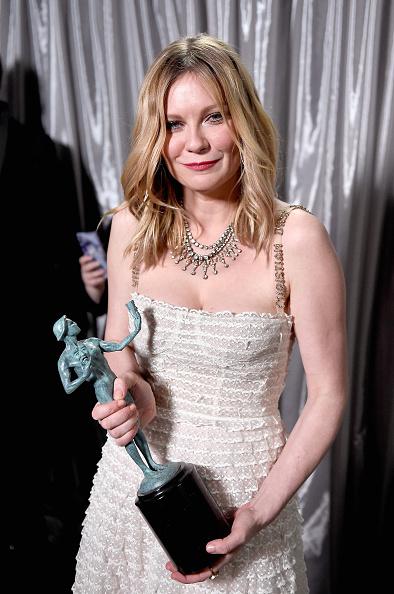 Kirsten Dunst「The 23rd Annual Screen Actors Guild Awards - Trophy Room」:写真・画像(2)[壁紙.com]