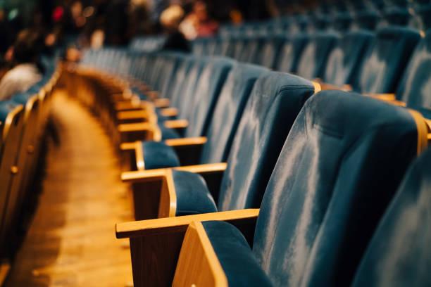 Empty seats in theater:スマホ壁紙(壁紙.com)