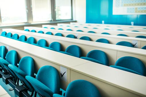 Learning「Empty seats at the university classroom」:スマホ壁紙(12)