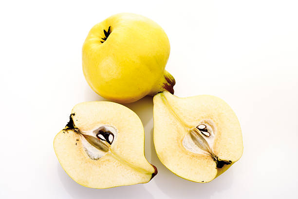 Sliced quinces, (Cydonia oblonga), elevated view:スマホ壁紙(壁紙.com)