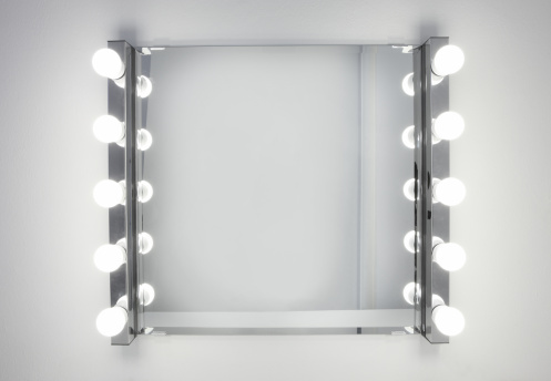 電球「Dressing room mirror lit by ten light bulbs」:スマホ壁紙(17)