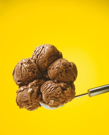 Spilling「Chocolate ice cream against yellow background」:スマホ壁紙(13)