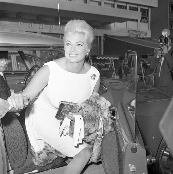 Bending「Actress Anita Ekberg gets out of the car to go to a cocktail party for the movie 'Boccaccio '70', EUR Rome 1961」:写真・画像(19)[壁紙.com]