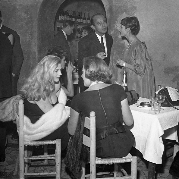 Party - Social Event「Actress Anita Ekberg is with Gaea Pallavicini, Elsa Martinelli and Stanley Franks at the restaurant 'Rugantino' during a dinner party, Rome 1958」:写真・画像(0)[壁紙.com]