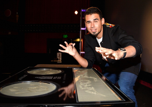 Mann Theaters「Afrojack Immortalized With Hand And Footprint Ceremony At The TCL Chinese」:写真・画像(16)[壁紙.com]