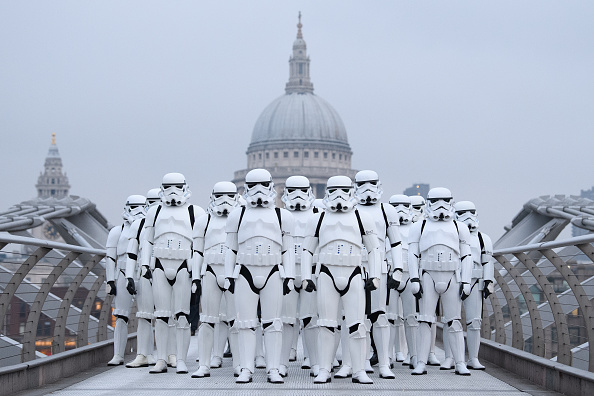 Movie「Stormtroopers Greet Commuters On The Millennium Bridge」:写真・画像(3)[壁紙.com]