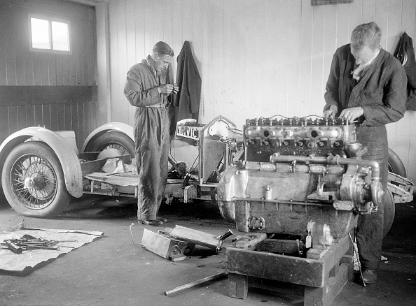 Bib Overalls「Mechanics working on Raymond Mays' 4500 cc Invicta car」:写真・画像(14)[壁紙.com]