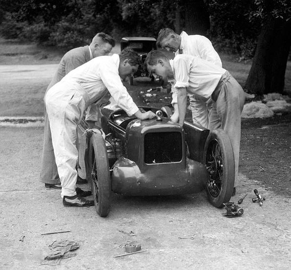 Effort「Mechanics working on Leon Cushman's Austin 7 racer for a speed record attempt, Brooklands, 1931」:写真・画像(2)[壁紙.com]