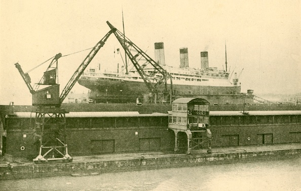 Passenger Craft「Lifitng A Majestic (56551 Tons) In The Floating Dock At Southampton」:写真・画像(9)[壁紙.com]