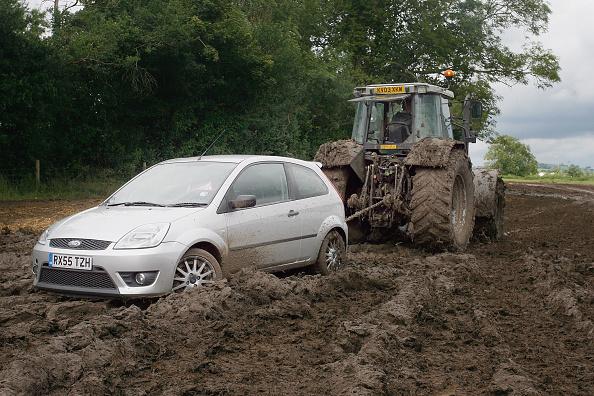 Worthy Farm「Festival Goers Depart From A Muddy Glastonbury」:写真・画像(7)[壁紙.com]