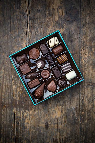 Box of chocolates on dark wood:スマホ壁紙(壁紙.com)