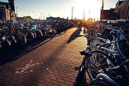 サイクリング「アムステルダム中央駅に駐輪」:スマホ壁紙(8)