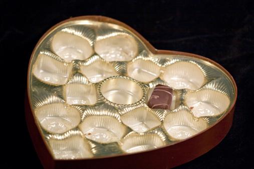 チョコレート「Single chocolate in heart shape box, studio shot」:スマホ壁紙(19)