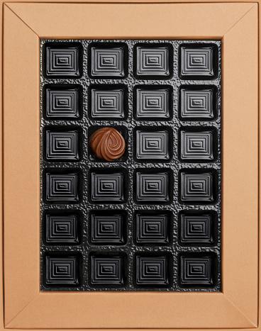 Empty Box「Single chocolate in empty box, overhead view」:スマホ壁紙(8)