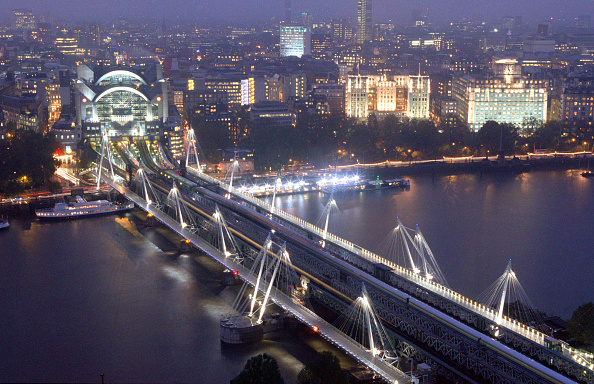 Dawn「Hungerford Bridge is the only London crossing to combine rail and foot traffic. The two multispan footbridges are 320m long and 4.7m wide, and the decks are suspended from sets of cable stay rods from inclined steel pylons. Designed by Lifshutz Davidson.」:写真・画像(8)[壁紙.com]