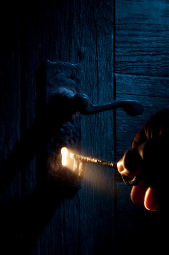 Human Hand「Mysterious Lock and key-light coming through keyhole」:スマホ壁紙(14)