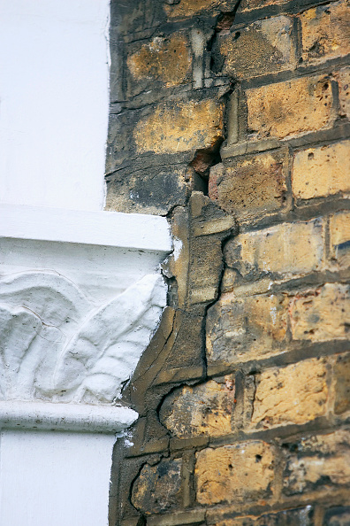 Brick Wall「Period property showing subsidence problem.」:写真・画像(2)[壁紙.com]