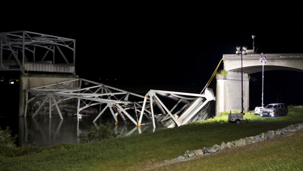 Collapsing「I-5 Bridge Collapses On Skagit River In Washington」:写真・画像(10)[壁紙.com]